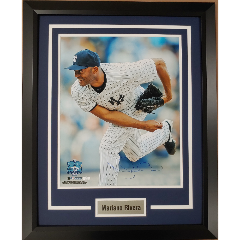 Mariano Rivera Autographed 16x20 Photo
